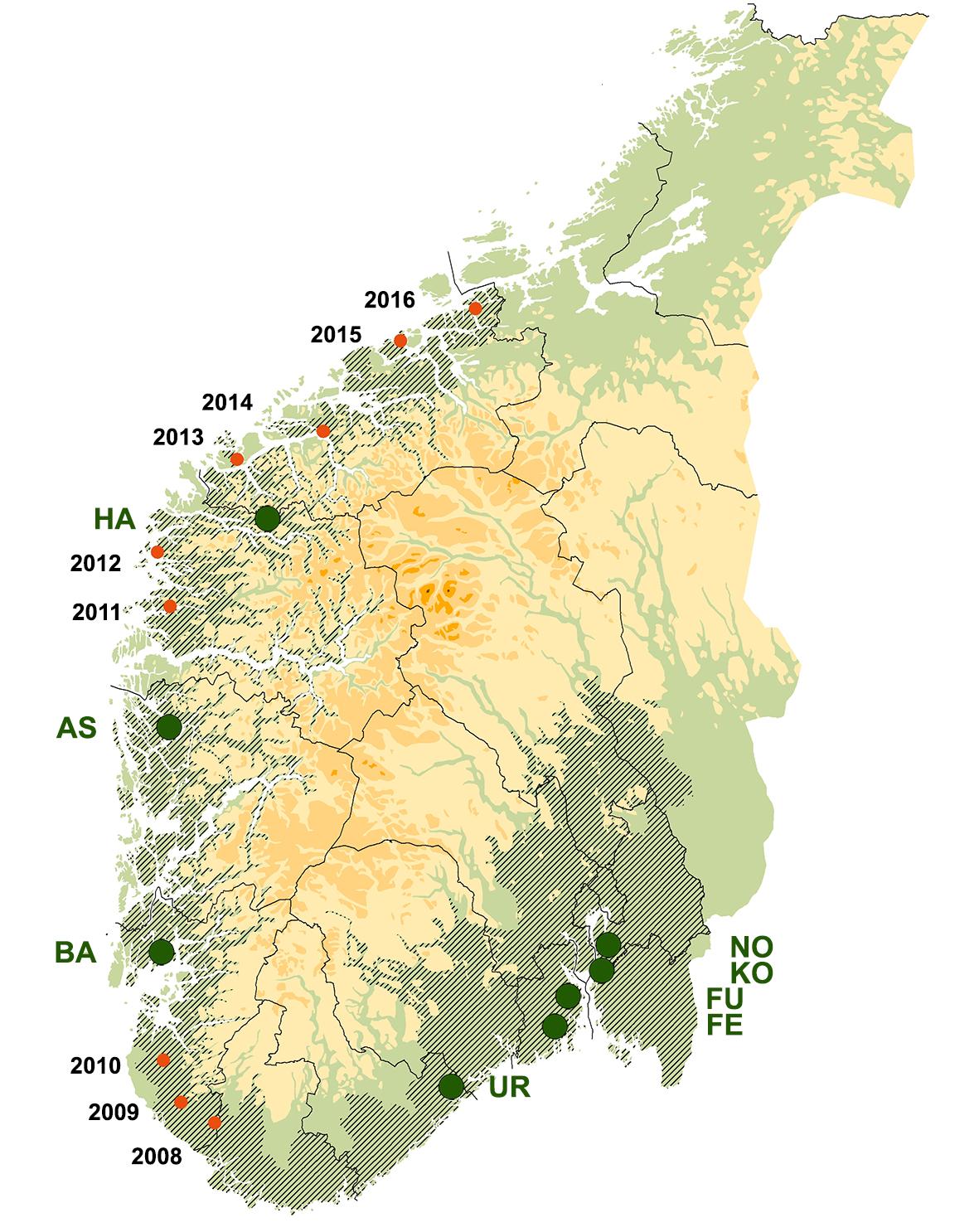 Overvåkingsflater (grønne punkter) og omtrentlig utbredelse av askeskuddsjuke pr. 2016 (skravert). Spredningen på Vestlandet er markert med røde punkter og årstall for første gangs registrering. Kilde: Timmermann et al. 2017a.
