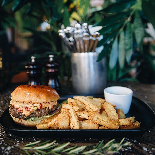 WAAAAY DOWN SOUTH! Stikk innom og smak vår nye og j**** digge burger med pimento-cheezee og chipotlefries! 🤤🤤🤤🤤🤤