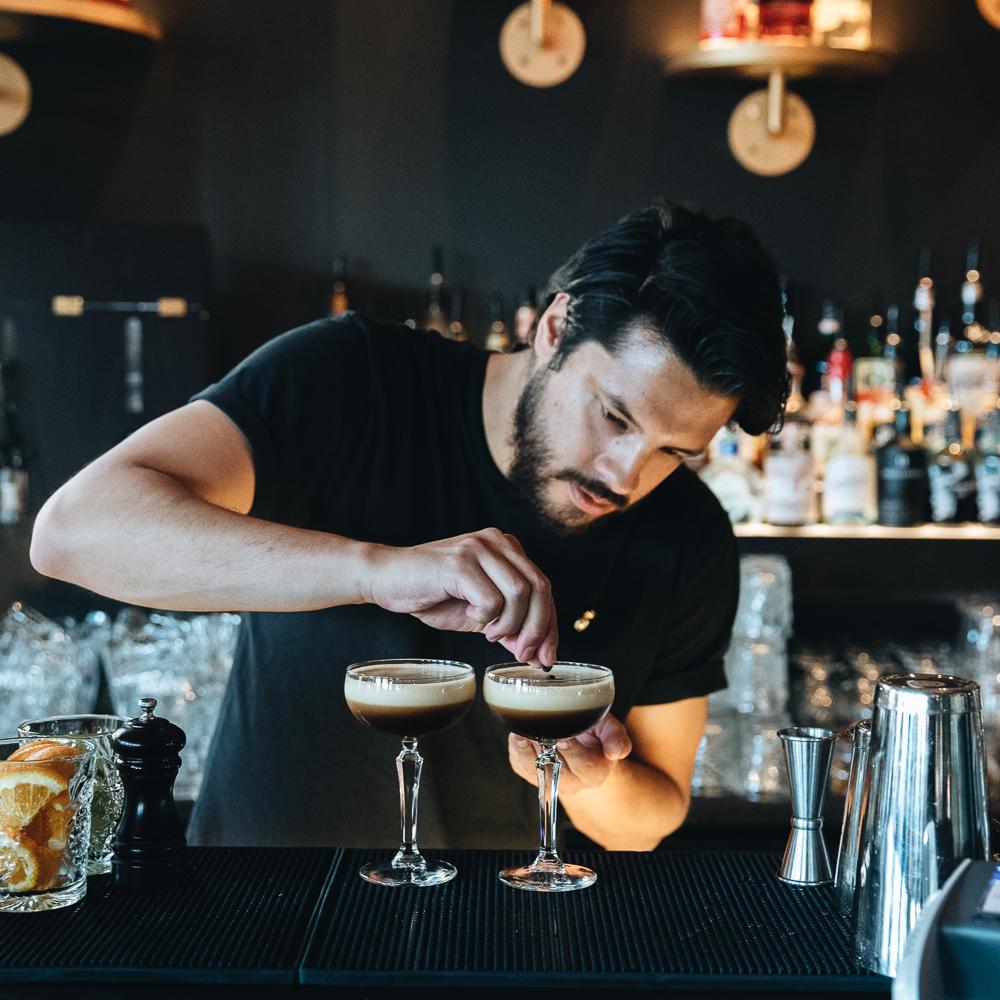 Utested - Christiania, best kjent som «C», åpnet utested i januar 2018 og har fra første stund hatt gjestene i hovedfokus. Med to barer inne og en på takterrassen sørger vi for at våre gjester aldri går tørste.Hos oss finner du en egen Gin & Tonic-meny, House Cocktails og et utvalg Frozen Cocktails som vi anbefaler å prøve. Er dere usikre på hva dere har lyst på, kan våre bartendere garantert hjelpe dere med å finne noe smakfullt til en hver.Våre residence DJ's står for gode tunes hver helg, så en løs dansefot og gode sko er høyst anbefalt hos oss.Fredag og lørdag: ID 25For booking eller andre henvendelser: nattklubb@christianiarestaurant.no