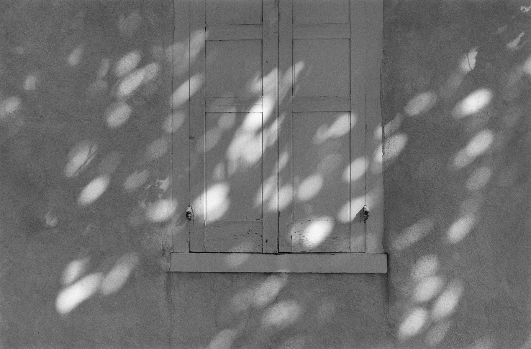 George Tice. Mennonite Meeting House, Lancaster, Pennsylvania, 1990. Palladiumprint. 5 x 7 1⁄4 in. (12.7 x 18.4 cm)