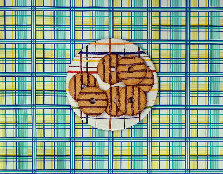 Sandy Skoglund, Cookies on a Plate, 1978. (c) Sandy Skoglund; Courtesy of the artist and RYAN LEE, New York.