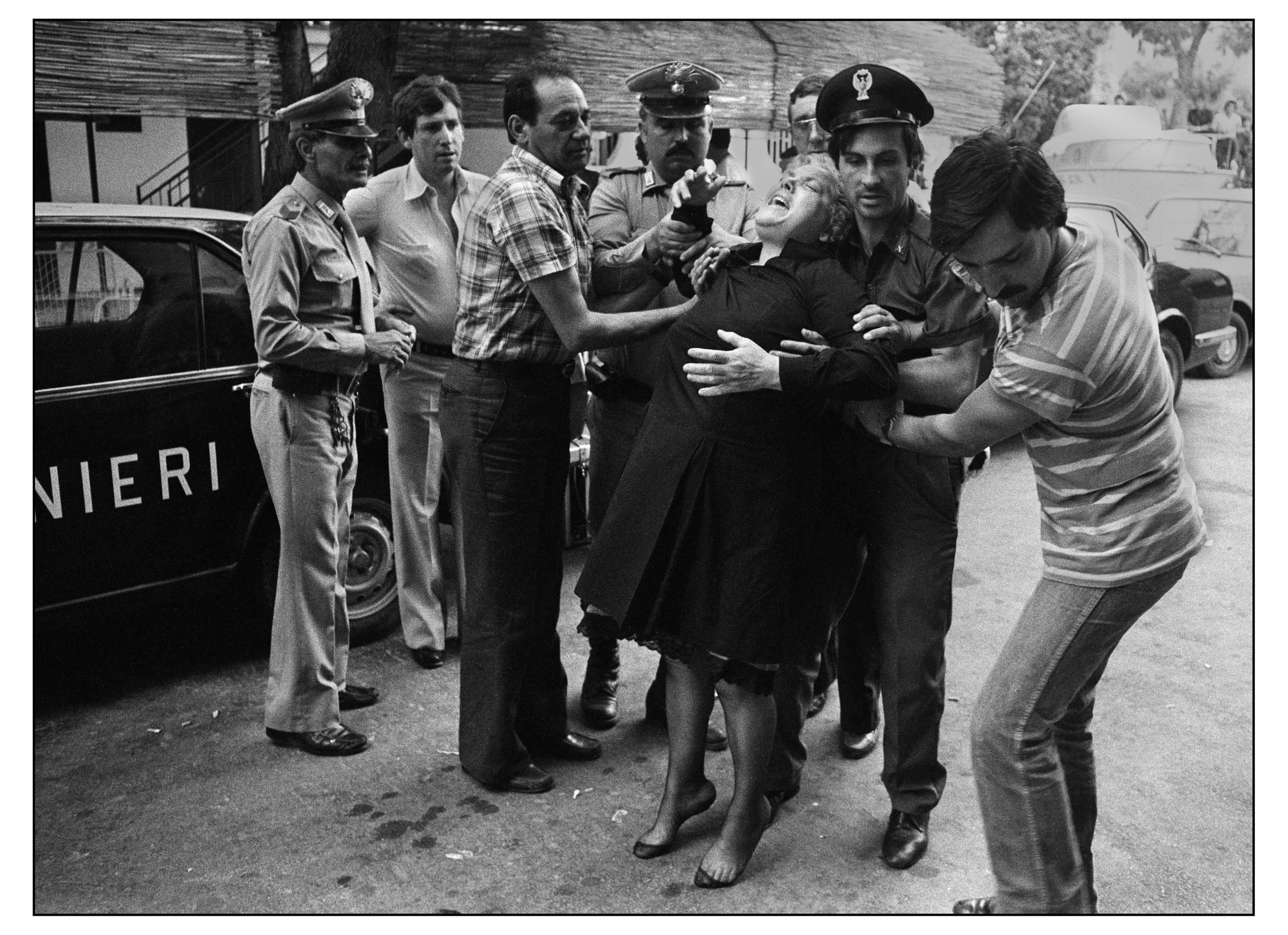 Donna crede che le abbiano ucciso il figlio copia, 1980.