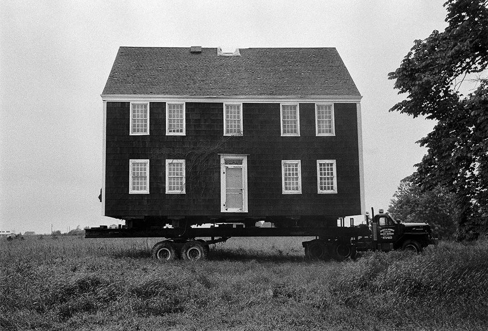 Moving House, Wainscott, New York , 1982.© Jean Pagliuso; Courtesy of the artist and Mary Ryan Gallery, New York