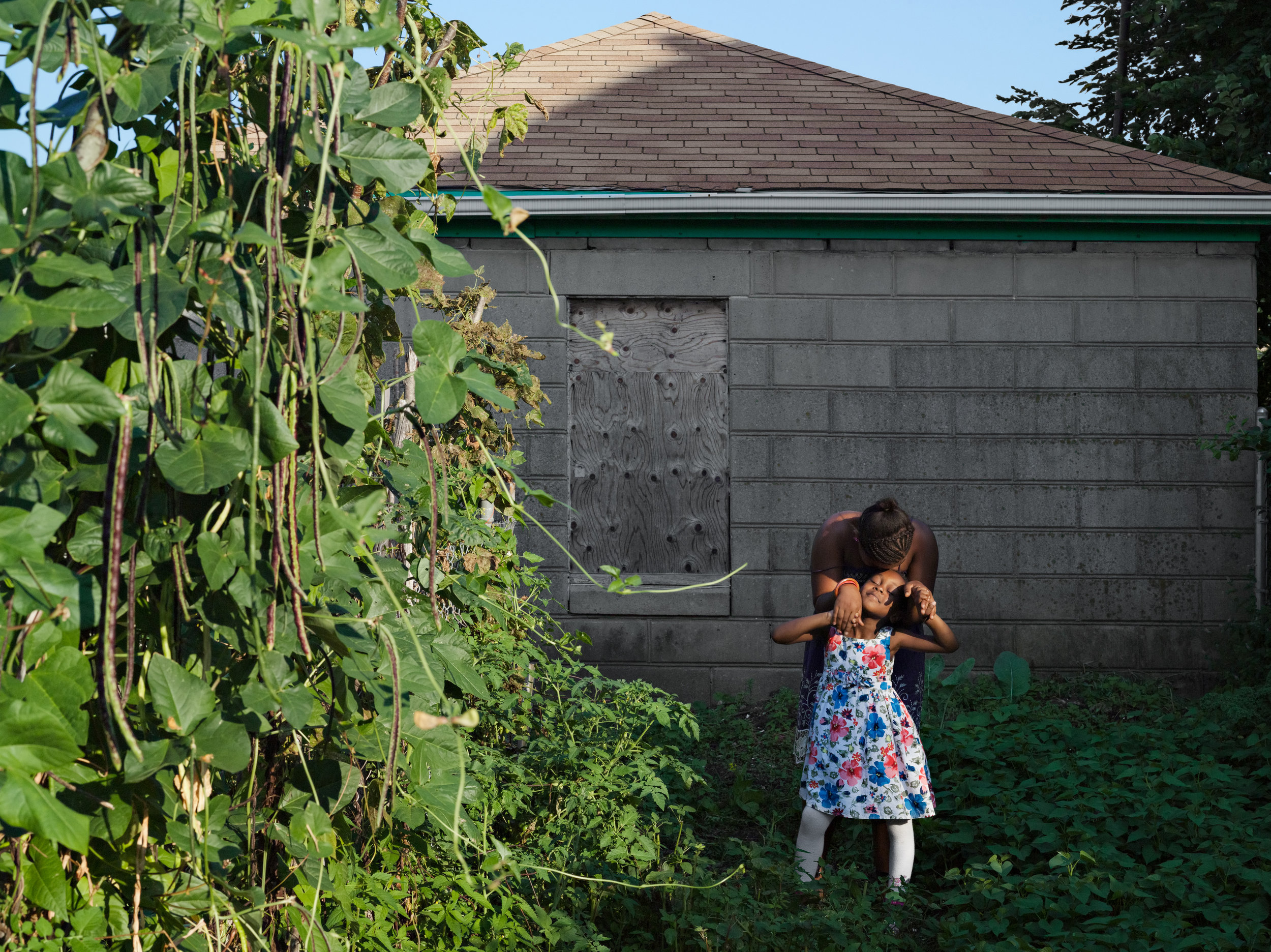 © Lucas Foglia (Alice and Leeasia in their Garden, Southside Community Land Trust, Rhode Island 2011)