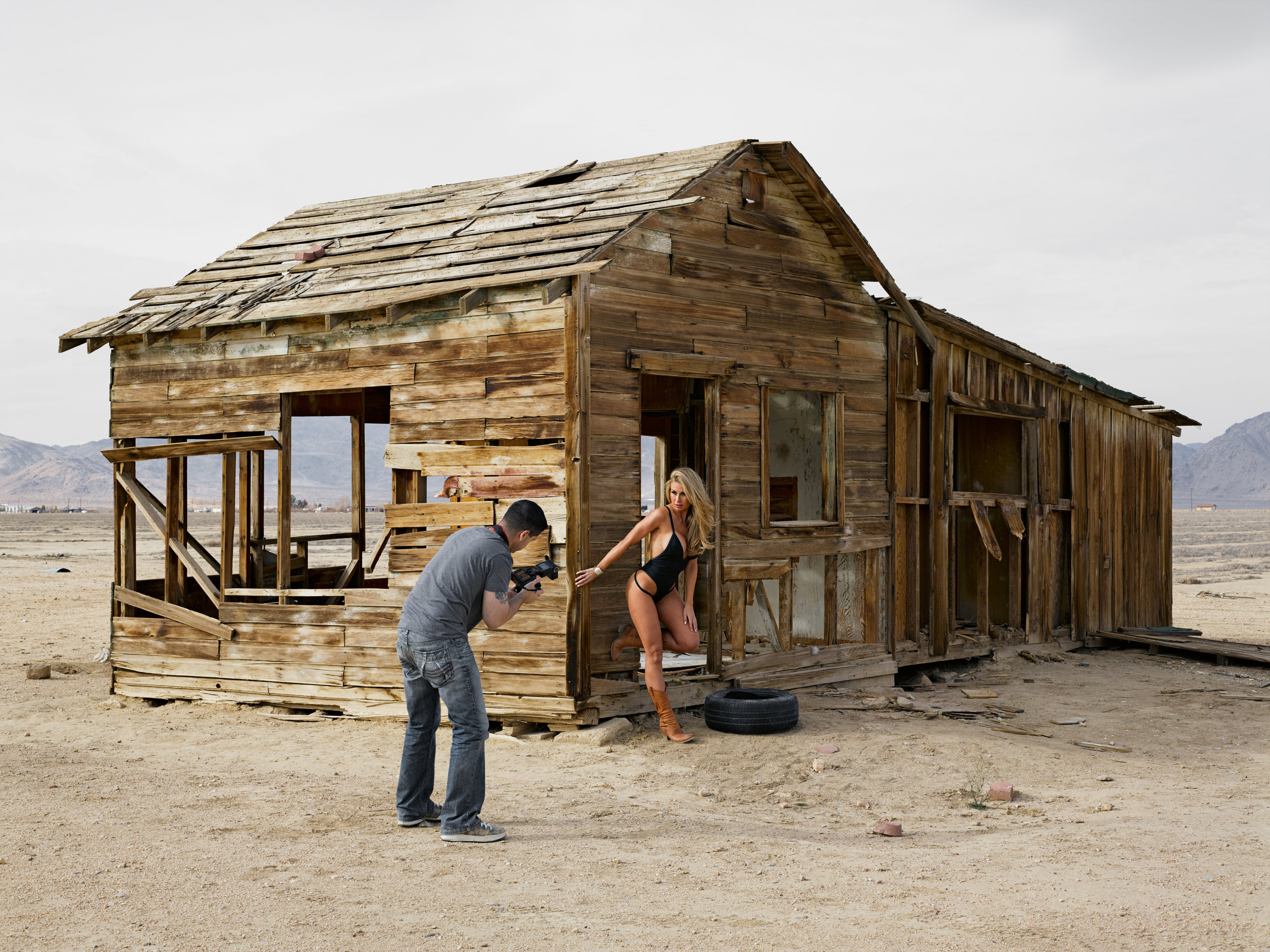© Lucas Foglia (Dave and Jenny, Swimsuit Shoot on an Abandoned Farm, California 2014)