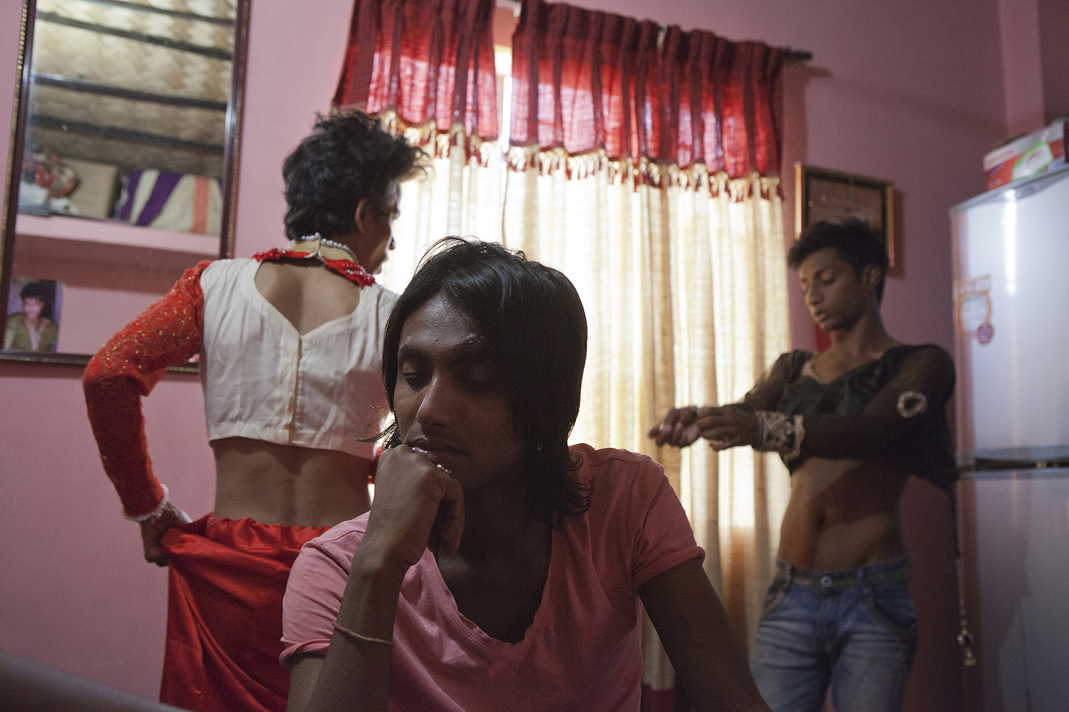 Fahim, 22, at home with his friends. He dreams of taking the medical-surgical path to change sex: the costs of this type of procedure are very high and his earnings do not allow him to access them. Dhaka, Mirpur Ek. © Raffele Petralla
