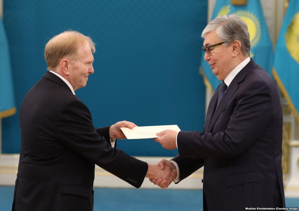 An unedited photo of Tokayev (right) (Mukhtar Kholdorbekov / Reuters)