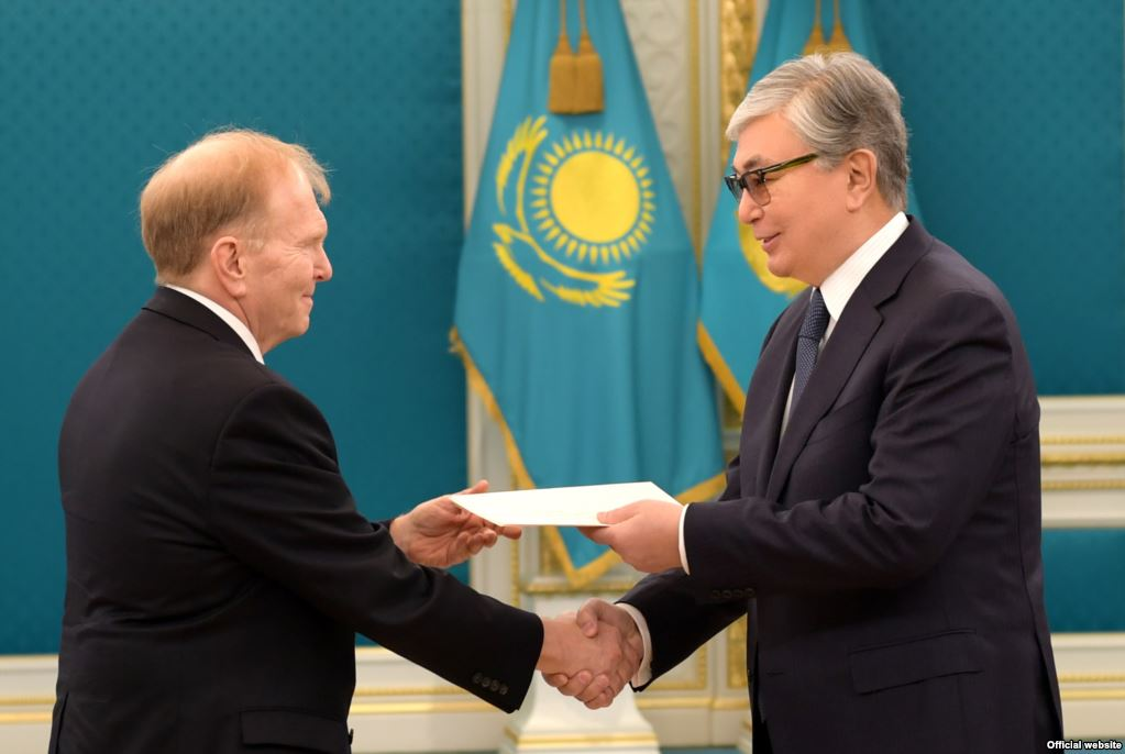 And the photoshopped version released by the Kazakhstani press ministry (akorda.kz)