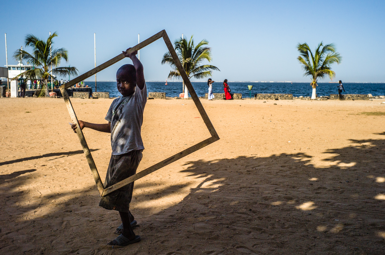 Boy with a frame in Ile de Goree/Dakar. © Werner Mansholt