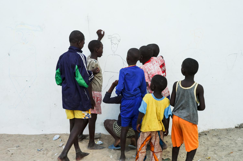 Kids drawing on a wall. © Werner Mansholt