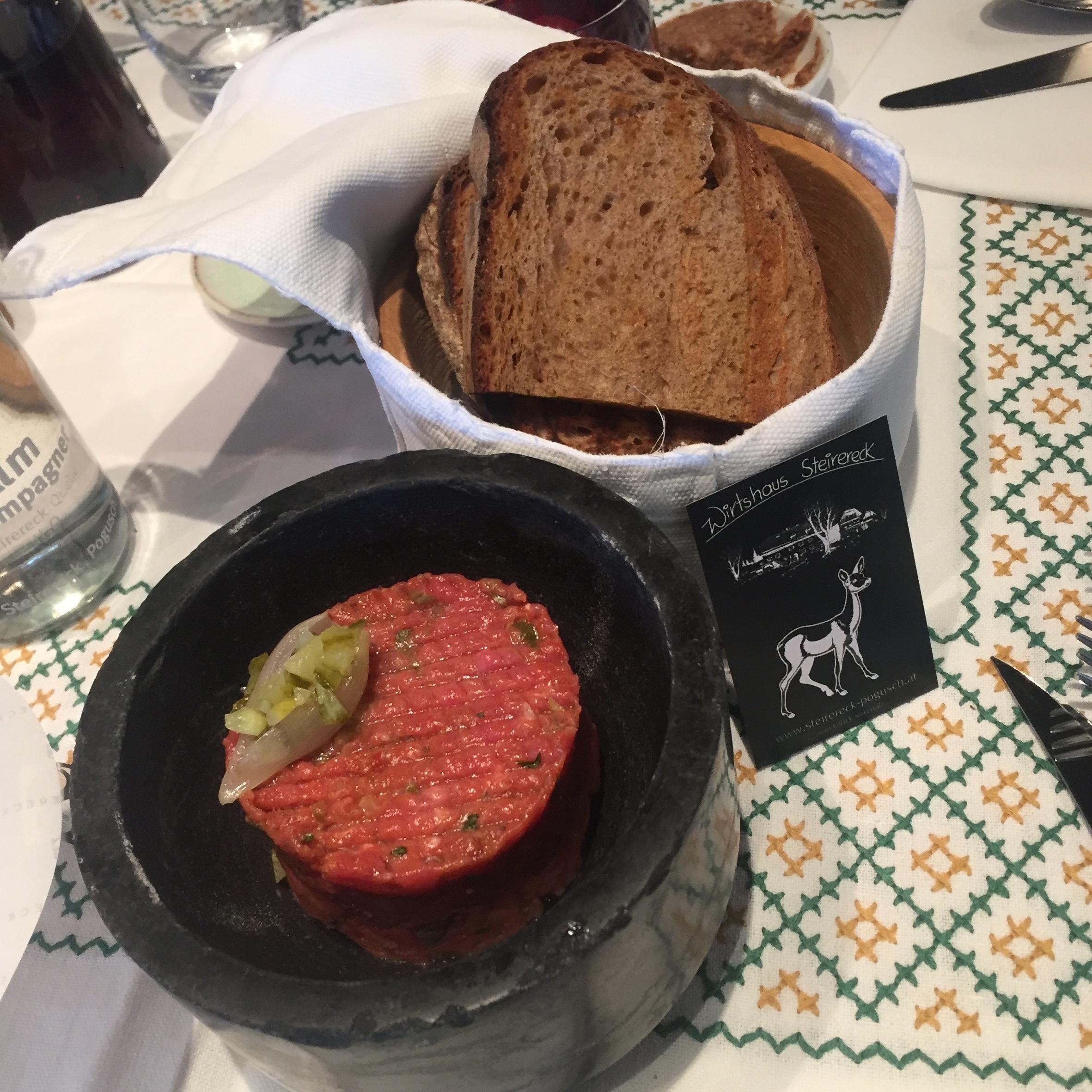Beef Tartare mit getoastetem Brot