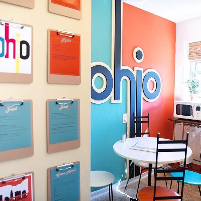 Ahh! I am So in love with this awesome vintage @airbnb in Columbus,Ohio! • I love when friends collaborate to create one-of-a-kind spaces like this one. • Sarah and Nick From @nestrs teamed up with Dan from @dandwelements welements and brought his designs to life! • Whose booking their next Columbus visit in this cutie?!