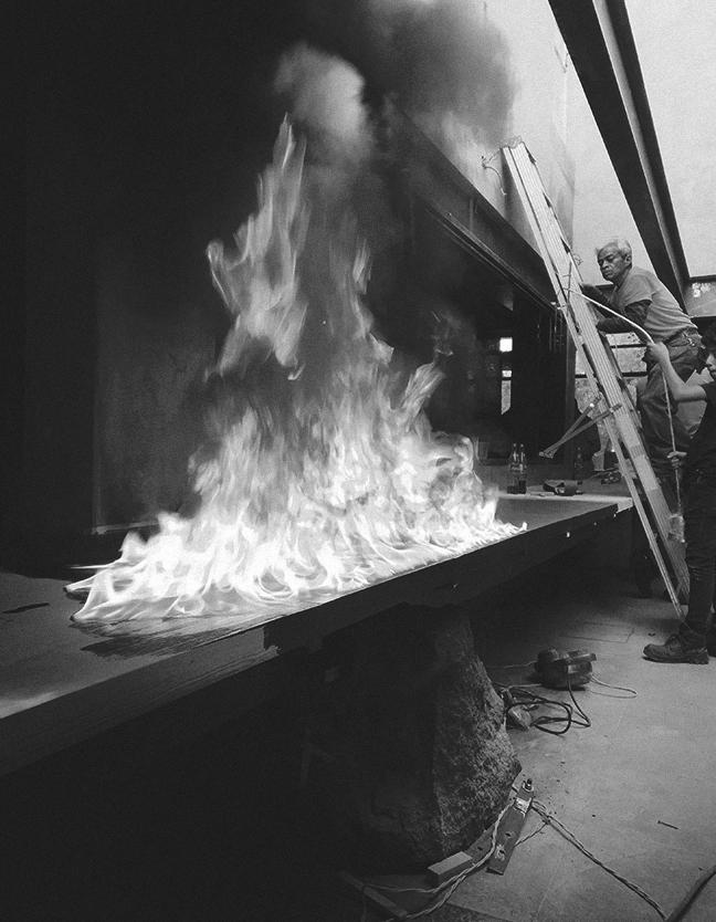 Hato es un restaurante de ramen. El espacio es pequeño y parecido a la cocina de una casa. El lugar es oscuro, se utilizaron sombras y materiales pétreos.    Hato is a ramen restaurant. The space is small and similar to a house kitchen. The place is dark, shadows and stone materials were used for this project.