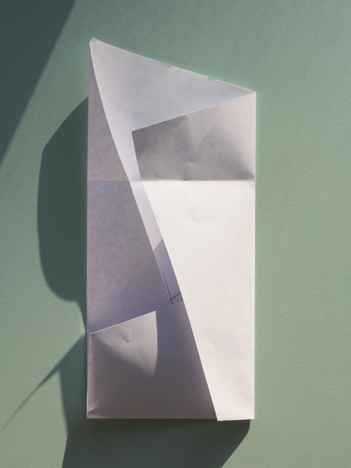 Åbn den ene langside, fold den ene kortside ind mod midten og fold langsiden ind over.