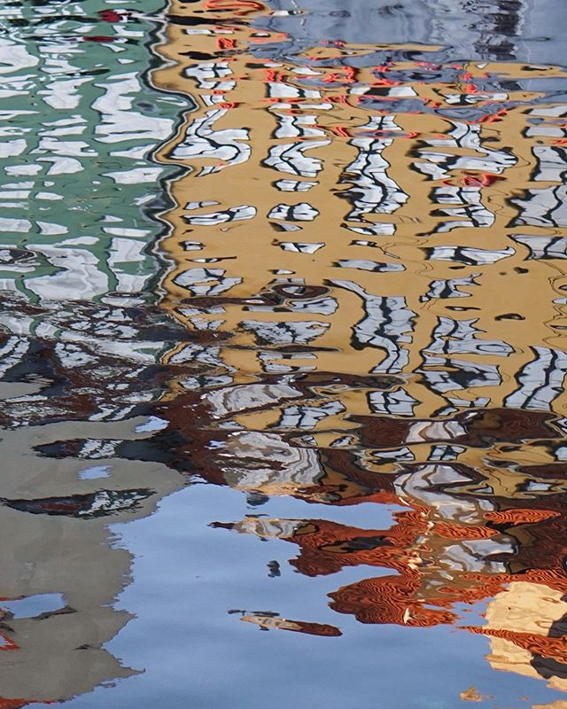 Ebb and flow, baby... it's all about the ebb and freakin flow . Also... have you ever seen what looks like woodgrain reflected in the colorful ripples dancing on the water's surface? Me either. Pretty magical though, innit? . . . . . . . . #copenhagen #copenhagenheat #travelanddestinations #dametraveler #intravelist #timeoutsociety #passionpassport #passportready #exploretocreate #darlingescapes #citizenfemme #fromwhereistand #globelletravels #traveldreamseekers #mytinyatlas #visitcopenhagen #femmetravel #suitcasetravels #traveloguedestinations