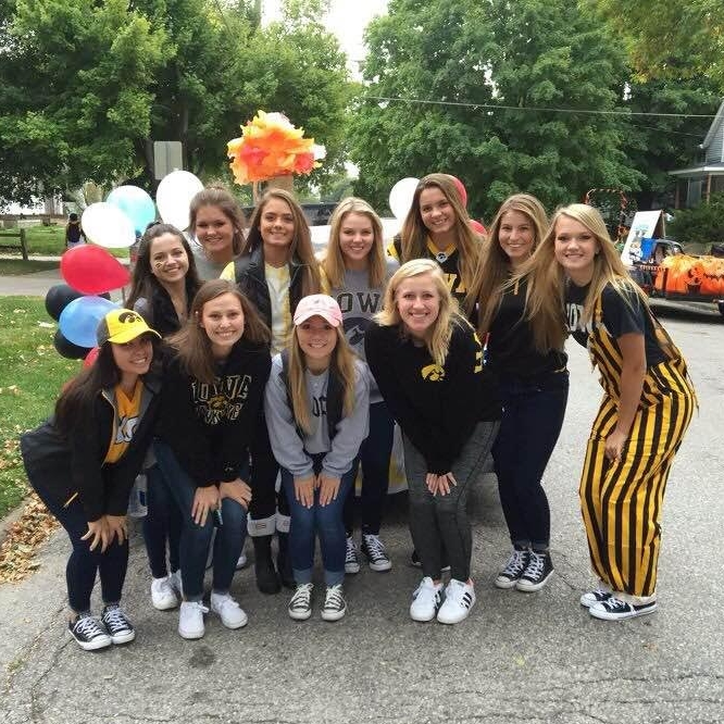 iowa-homecoming-float-parade-chi-omega
