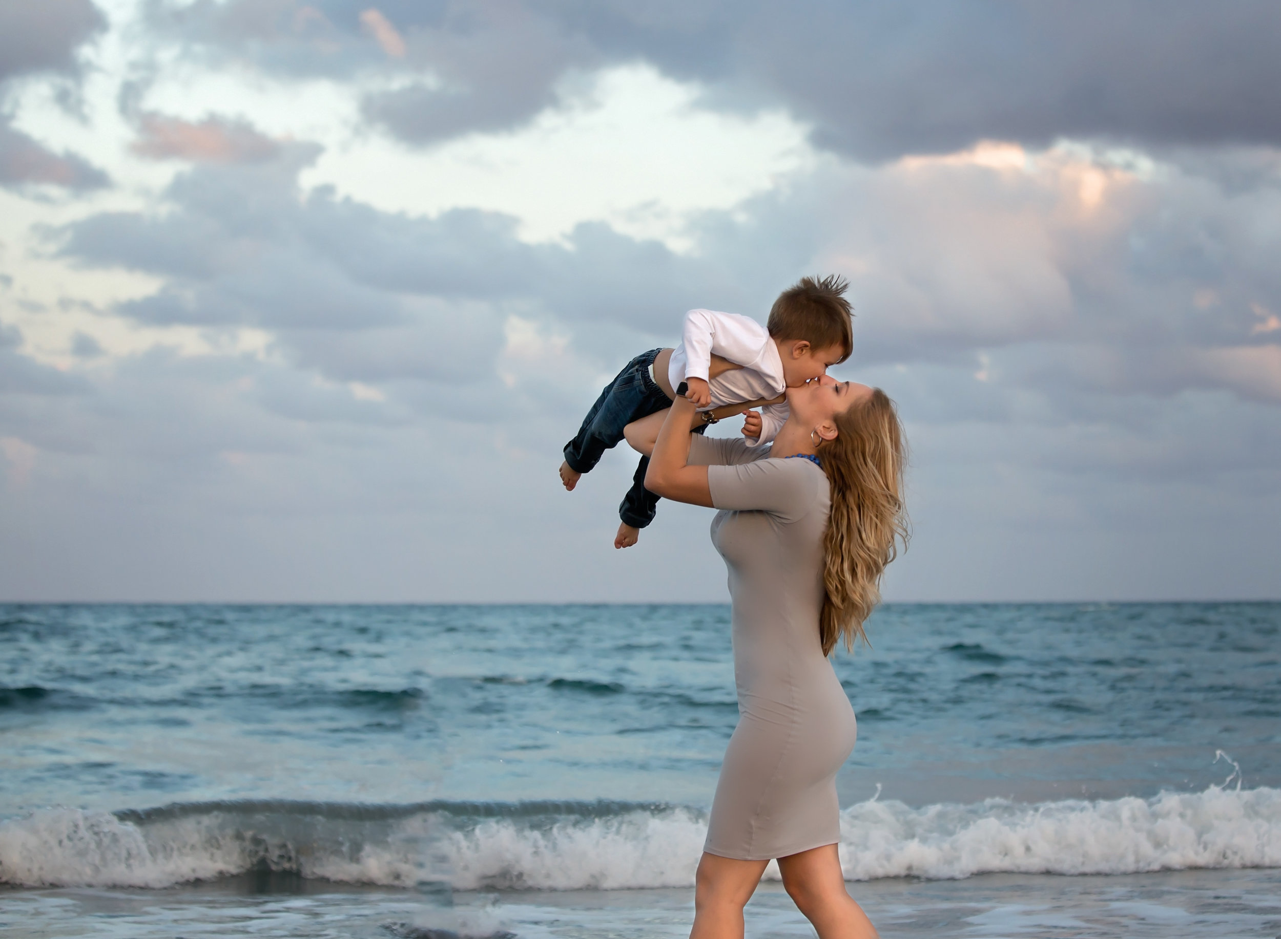 boca-raton-child-photographer-parkland-family-photographer-coral-springs-wellington-lake-worth-boynton-lantana-alissa-delucca-photography-mom-holding-son-on-beach.jpg