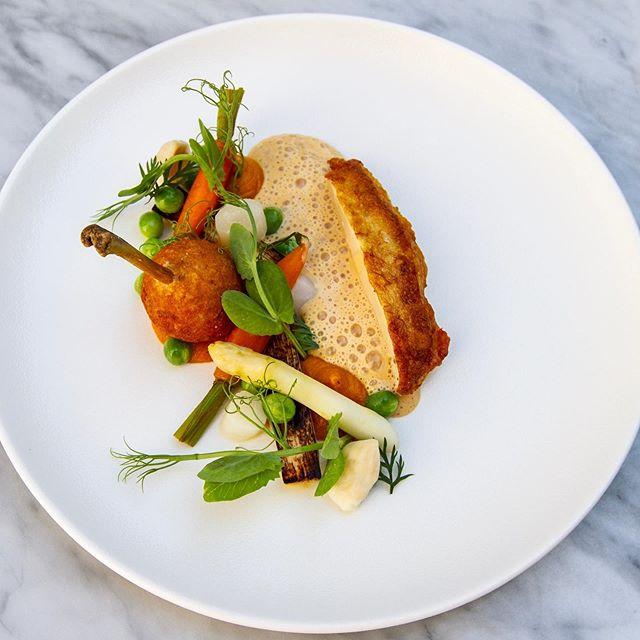 Fransk poussin og asparges med nye gulerødder, ærter og brunet smør. #ferdinandhotel #hotelferdinand #ferdinandrestaurant #ferdinandaarhus #nymenu