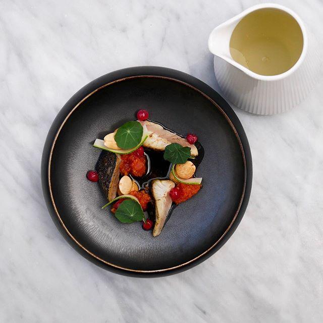 Grillet makrel og ribs med tomat, mandel, squash og oregano. #ferdinandhotel #ferdinandaarhus #hotelferdinand #restaurantferdinand #aarhus #havnensfiskehus