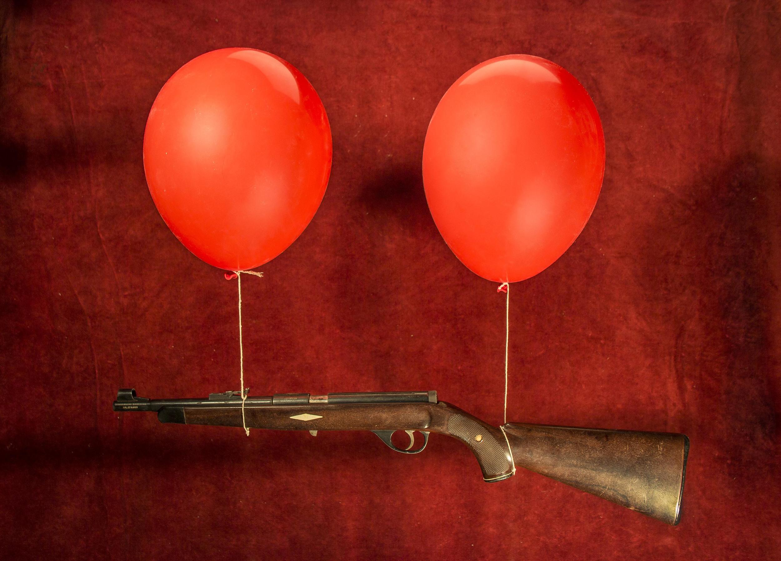 escopeta con globos.jpg