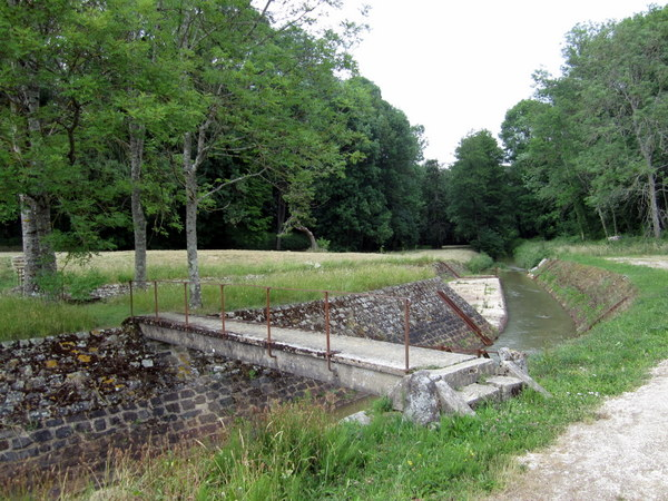 A footbridge over an irrigation ditch in Saint Fargeau.