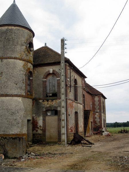 Old farmhouse looking worse for wear but still inhabitable. Maybe. Saint Fargeau.