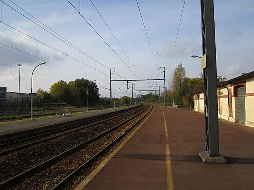 View of the southbound (towards Caen) platform at Gare de Bayeux, 29 October 2011, by Nick-D (Own work)  CC BY-SA 3.0 , via Wikimedia Commons