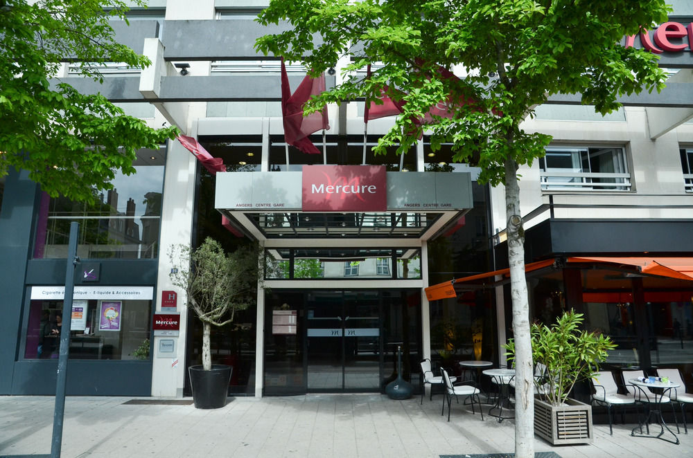 Front entrance to the Hotel Mercure in Angers. Photo from  ebooker.com