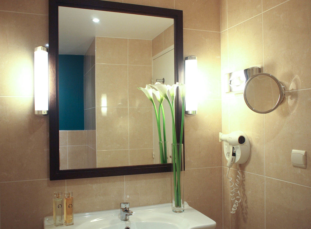 The bathroom at the Hotel Mercure in Angers. Photo from  ebooker.com