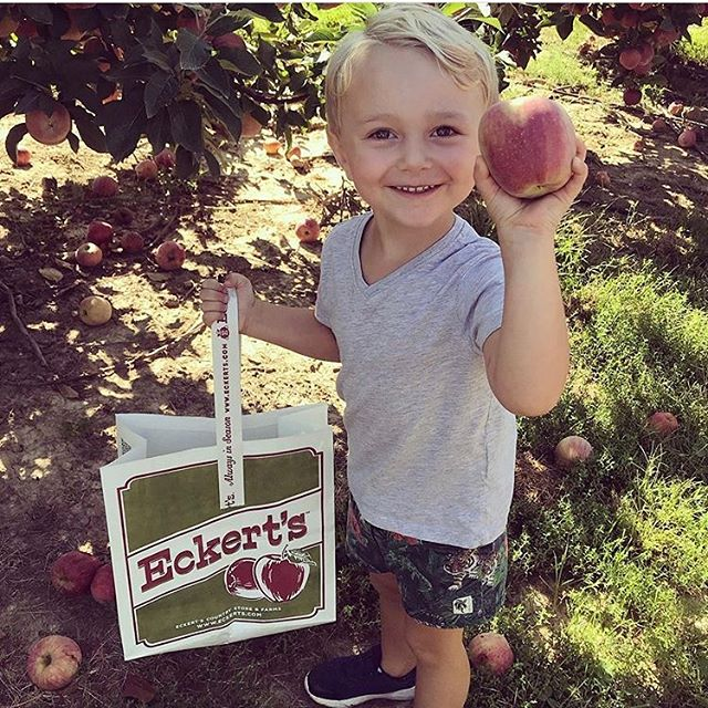 Allllll the smiles when you find the perfect apple! 🍎🍏