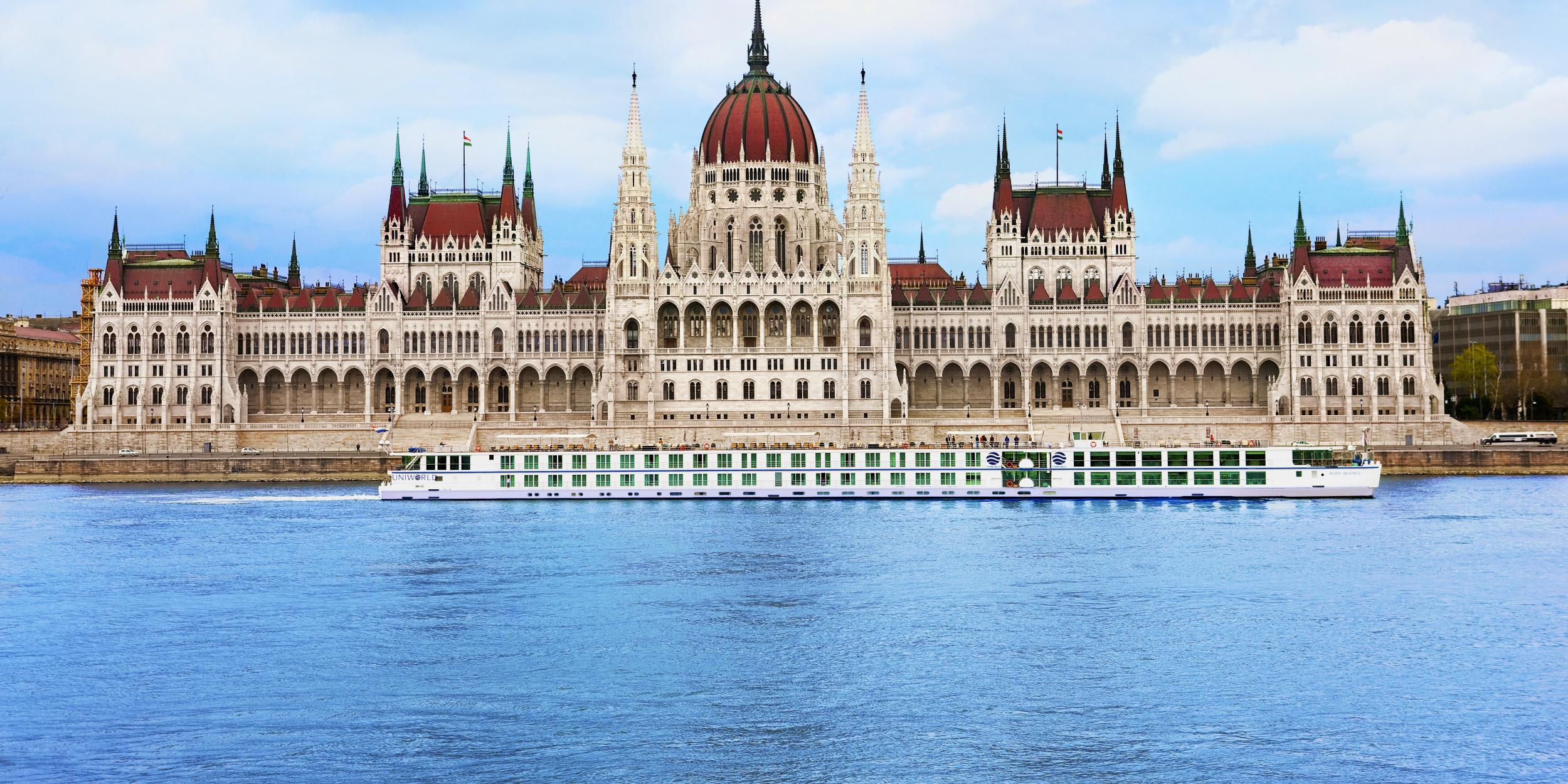 Uniworld-River-Beatrice-Budapest-37741-e1407968459119-2500x1250.jpg