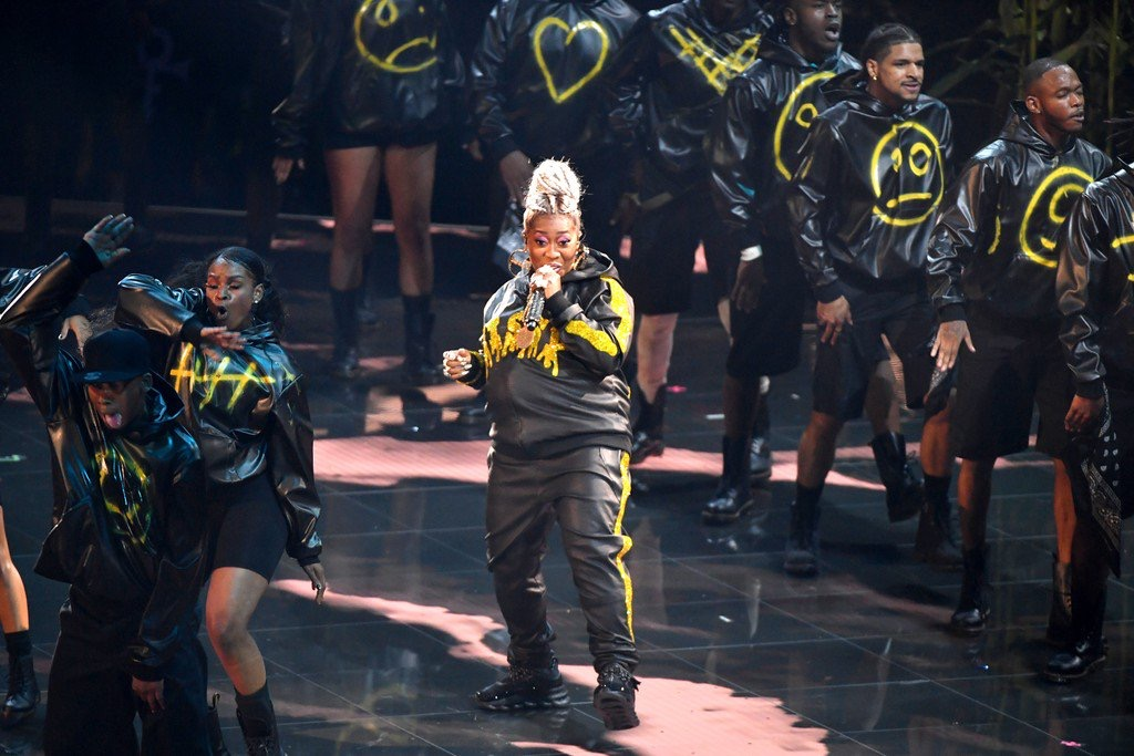 Missy Elliott closes out her performance with some fierce choreography and style. (Source: Google)