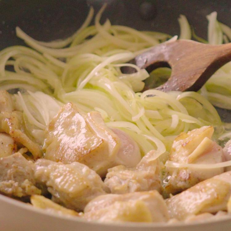 3. 玉ねぎを加えて炒める。しんなりしたら強力粉を加えて混ぜ合わせる。