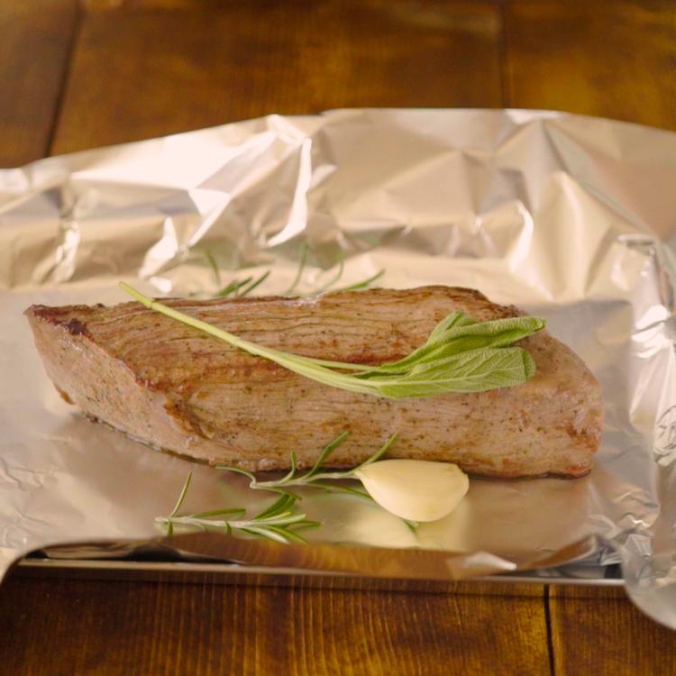 4. 焼き色がついた牛肉、香草、ニンニクをアルミホイルで包み、110℃に温めたオーブンに入れ約10分加熱する。