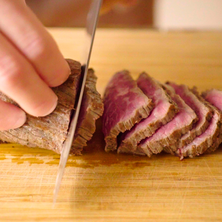 6. 薄くスライスしてお皿に盛り付けて塩、黒コショウ、オリーブオイルをふる。