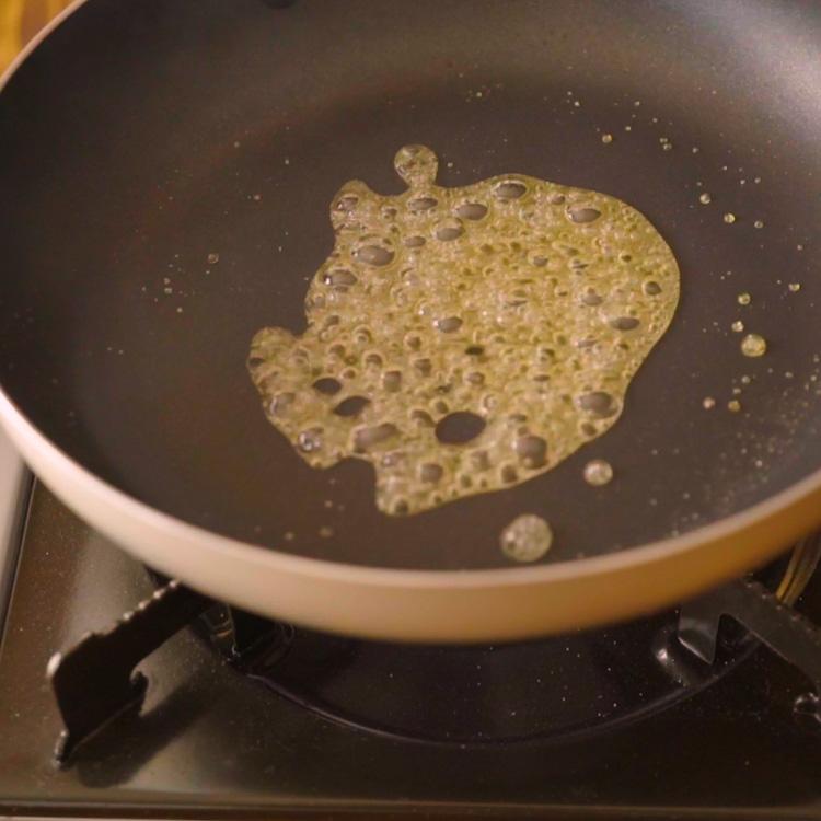 5. フライパンにグラニュー糖と水を入れてうすめの色のキャラメルを作る。