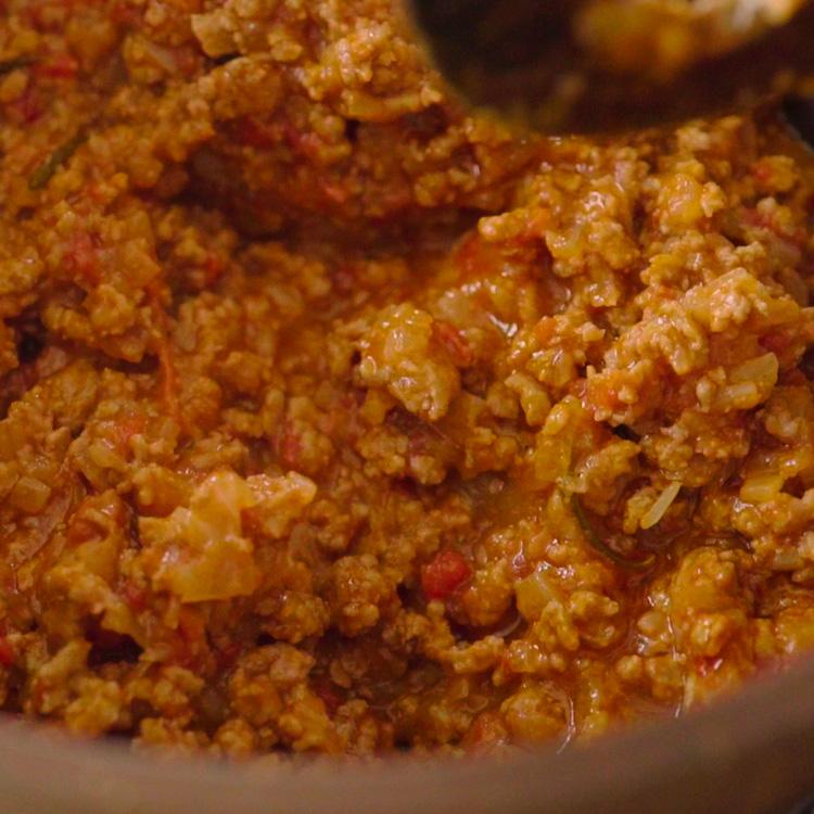 3. トマト缶、香草、材料が浸るくらいの水を加えて弱火で水分がなくなるまで煮込み、塩、黒コショウで味を調えたら、ミートソースの完成。