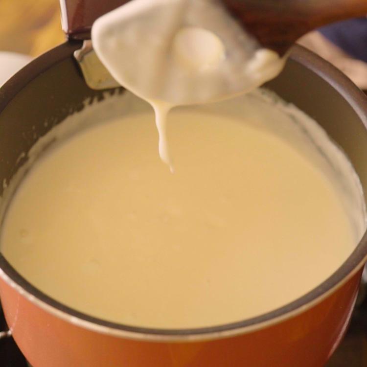 6. 牛乳をすべて加えたら軽く煮て、硬さを調整し、塩で味を調えて、ホワイトソースの完成。