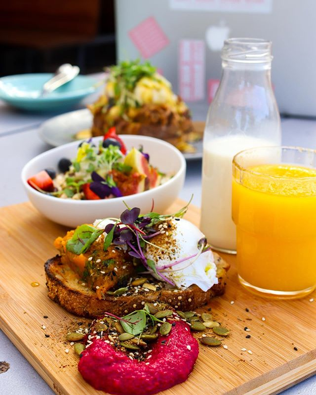 It's a Breakfast Board kinda morning. 🍳 Dabble in some wild muesli with seasonal fruits, then gobble up your poached egg, smashed pumpkin, goats cheese, beetroot hummus & pepita dukkah on quinoa toast. 🍓 ✨ Need it vegan? Just say the word.