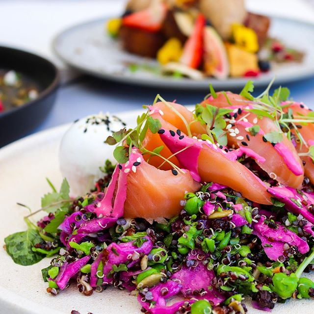 A true crowdpleaser. ⚡️⚡️ Our Cured Salmon Nourish Bowl w/ quinoa, beetroot hummus, zucchini noodles, smashed peas, mint, dill, pickled cabbage, kale, capers, lime and beetroot tahini dressing. Tuck right in. 🍴