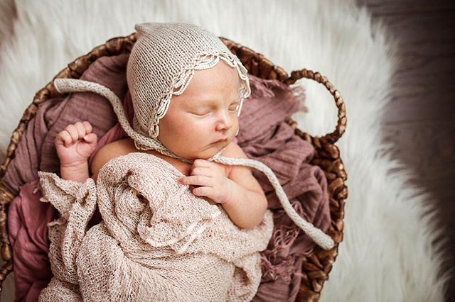 My ovaries are literally aching from this newborn session... Give me ALL the bonnets please! 💗✨❤️ P.S. - did you know I can capture newborn images like this - along with more candid lifestyle images - in the comfort of your home?  DM me for more info!