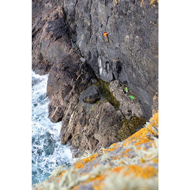 Emma took this, while Guy lead the pitch. I contributed the square root of f**k all except for winning Rock Paper Scissors to immediately opt out of the bold n shiny crux. But it was my camera/SD card so them's the breaks. Martell Slab at Tater Du. Cost me a £60 parking fine this one. 📷 @emmacrome