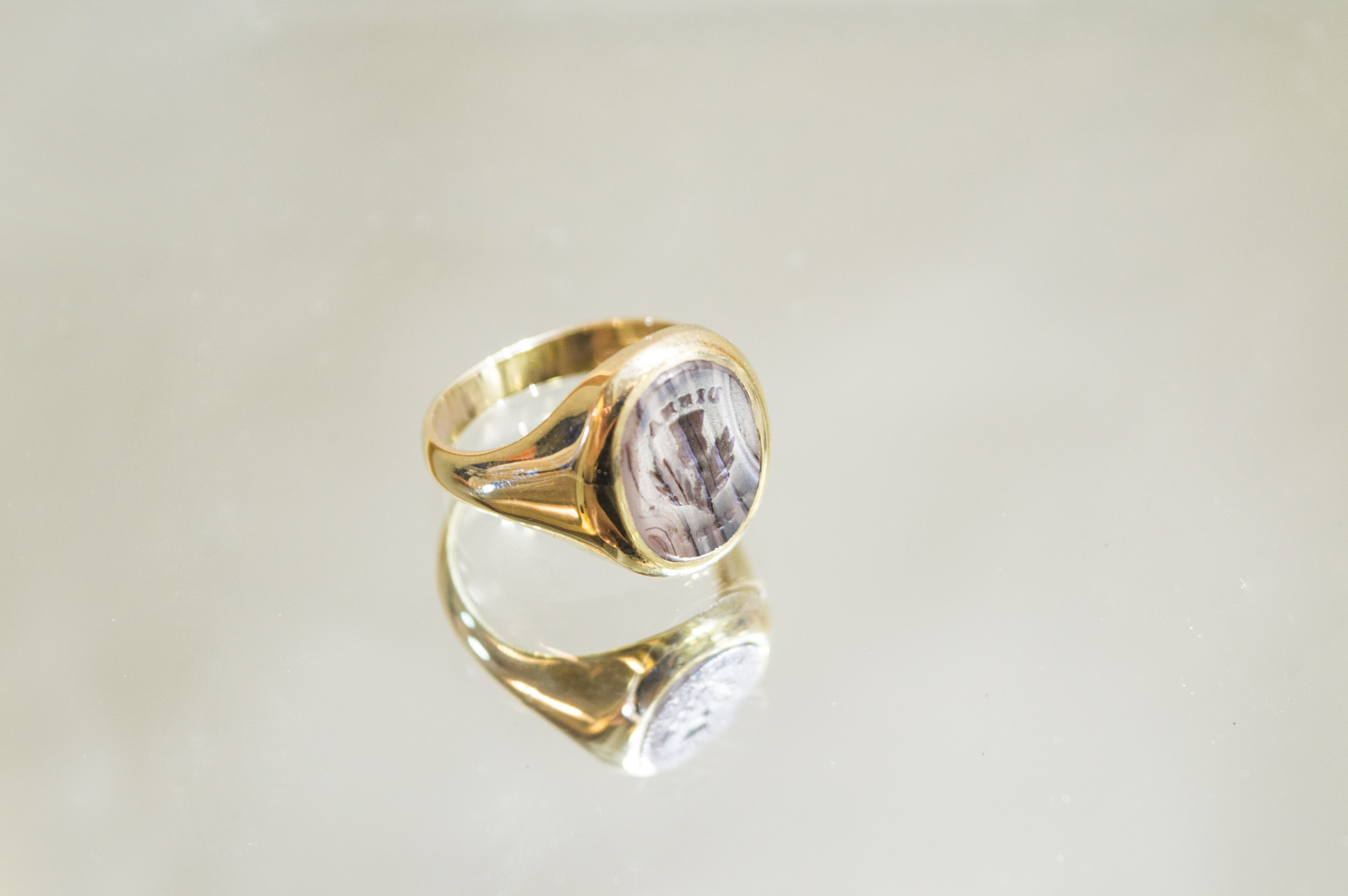 £495 - 9ct Agate Gents Signet Ring