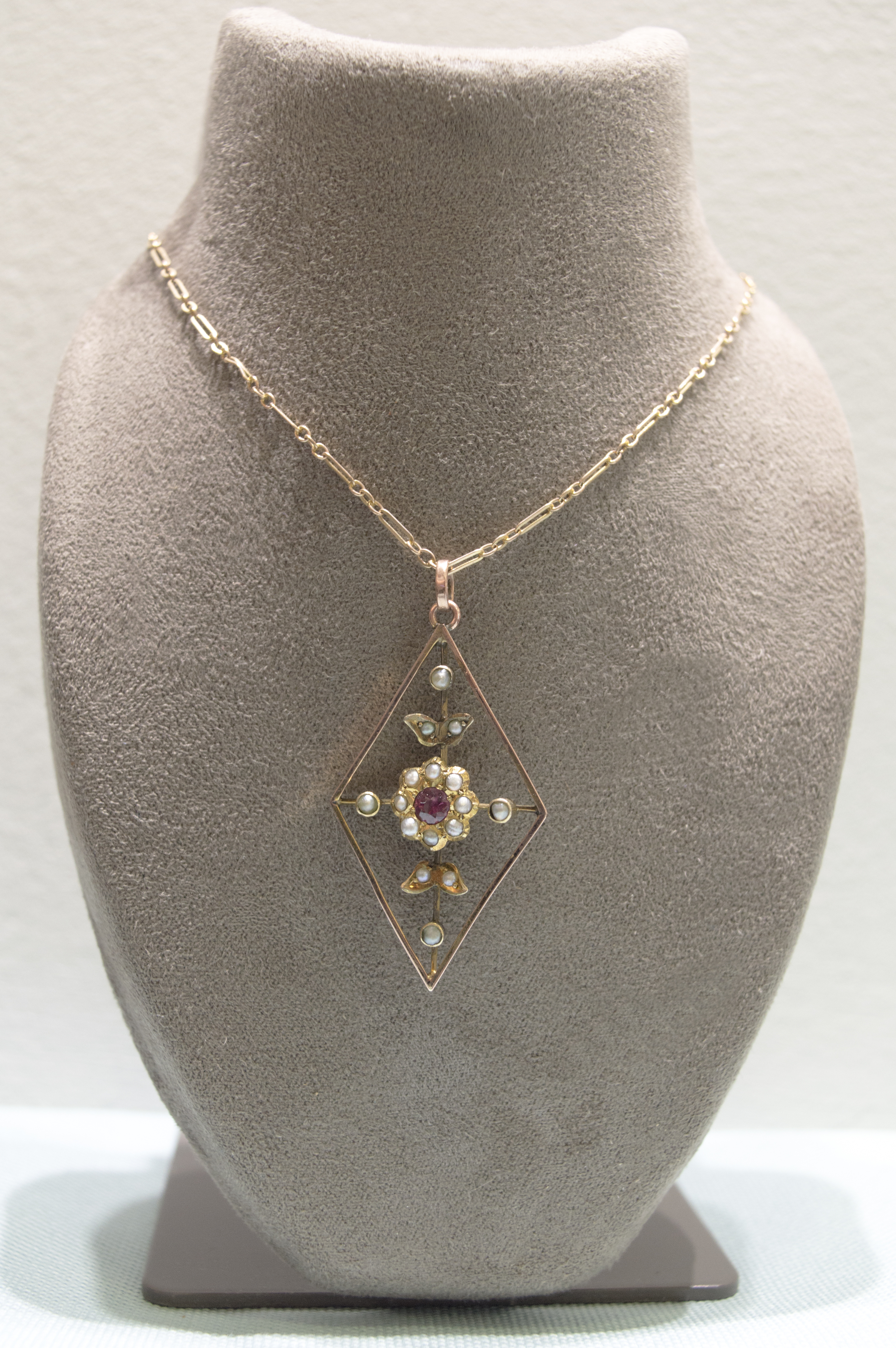 £295 - Pearl & Garnet 9ct Gold Necklace
