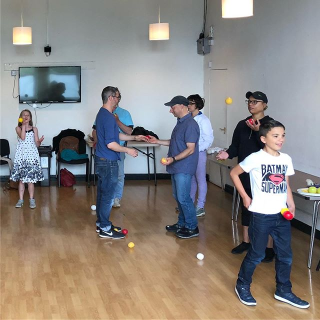 Juggling workshop / Gweithdy jyglio @circus_geeks @chaptertweets