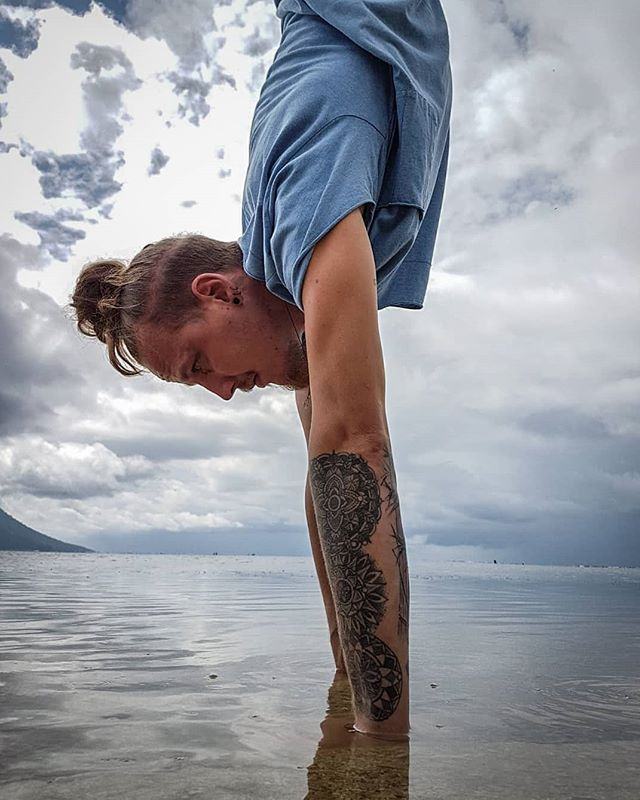 Blue shirt, blue water, blue sky.. And oh yeah, handstand!!!! 💙😁 ~ 📸@michaelasflow ~ #Elgeryd.Movement #handstand #armbalance #straightline #yoga #yogasweden #yogastuff #boysofyoga #yogadudes #tallguyhandstand #swedishyogi #yogaindonesia #projecthandstand #practiceplay #beachyoga #travelyoga #travelyogi #yogatravel #flow #bae#balance