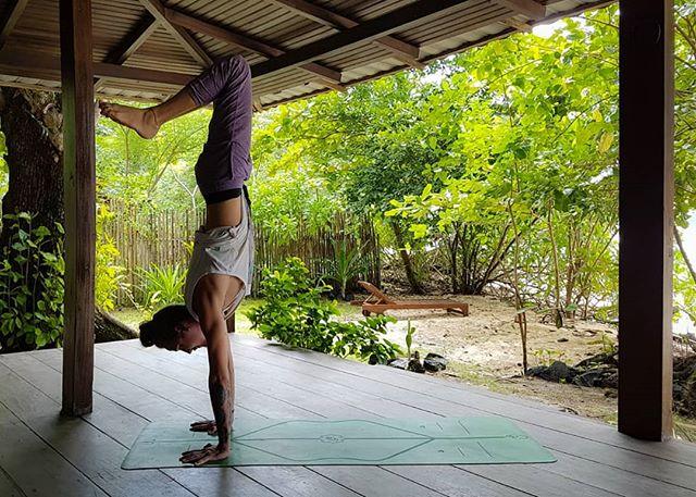 The never ending body stacking mission 😊... today a bent leg variation. ~ 📸@MICHAELASFLOW ~ ~ ~ #Elgeryd.Movement #inversion #projecthandstand #practiceplay #armbalance #handstand #handstandvariation #balancepose #balancetraining #balance #liforme #ninjapants #pimovement #pimovementninja #yoga #yogasweden #boysofyoga #yogadudes #travelyoga #yogatravel #porchyoga #handstandeverydamnday #wriststrength