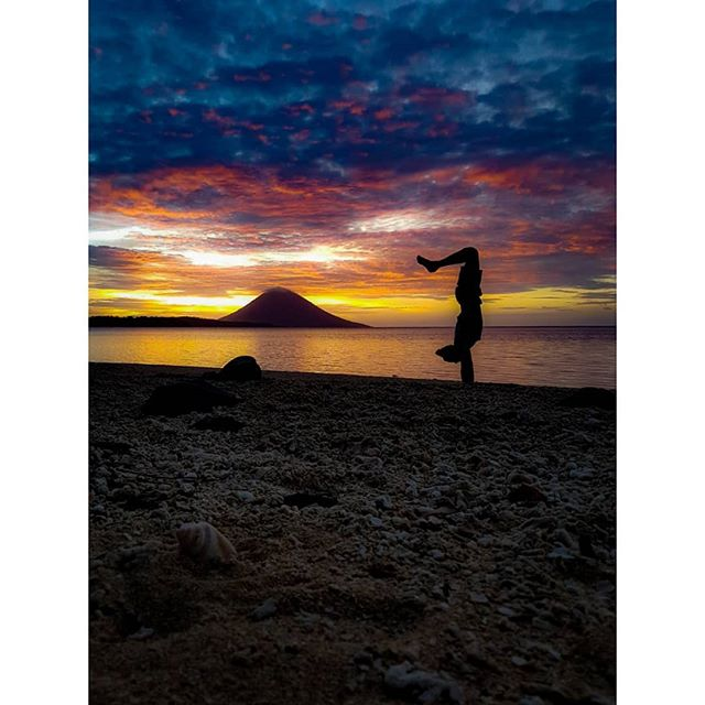 Another epic after work sunset @siladenresort 🌅 Moving to Perth in a few weeks to check the sunsets over there.. Oh also hopefully get a job 😁 #teacherLookingForAJob ~ 📸@michaelasflow ~ #ElgerydMovement #inversion #projecthandstand #practiceplay #armbalance #handstand #handstandvariation #balancepose #balancetraining #balance #yoga #beach #beachyoga #sunset #sunsetbeach #sunsetyoga #sunsethandstand #travelyoga #yogatravels #yogadudes #yogaoffthemat