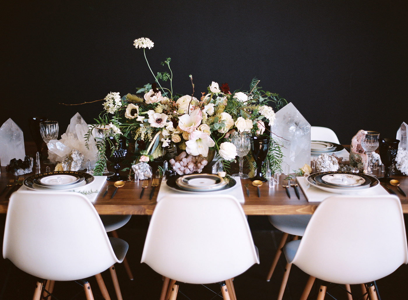 Black-and-gold-geometric-wedding-diana-marie-photo-007.jpg