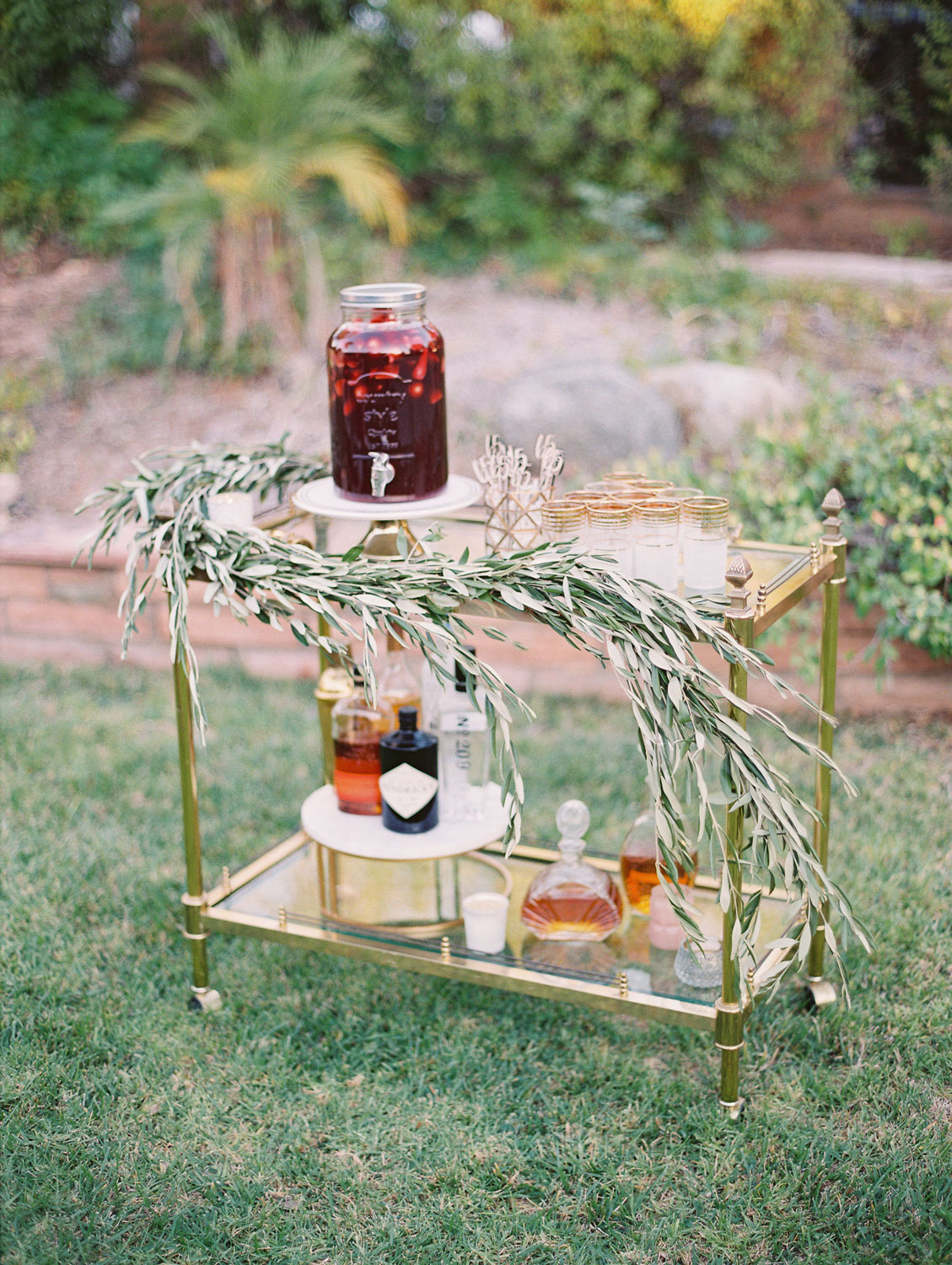 Pink-and-gold-wedding-ideas-drinks-trolley.jpg